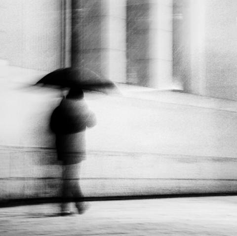 Regenschirm aufspannen Aberglauben
