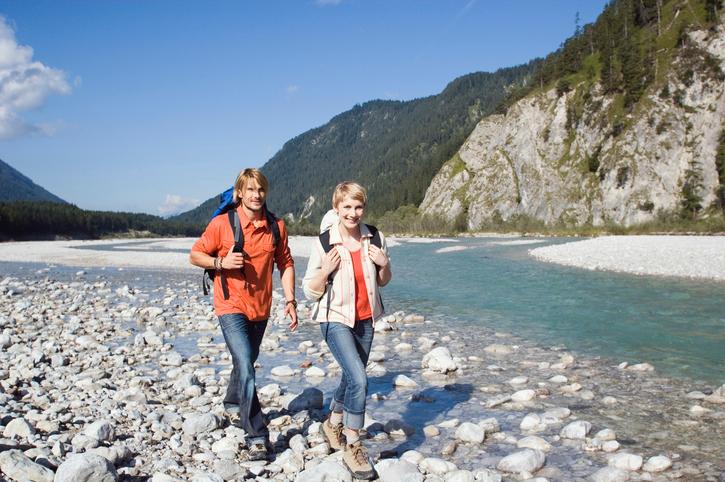 Ein Paar wandert in Oberbayern (Tölzer Land) Foto: Tuned_In